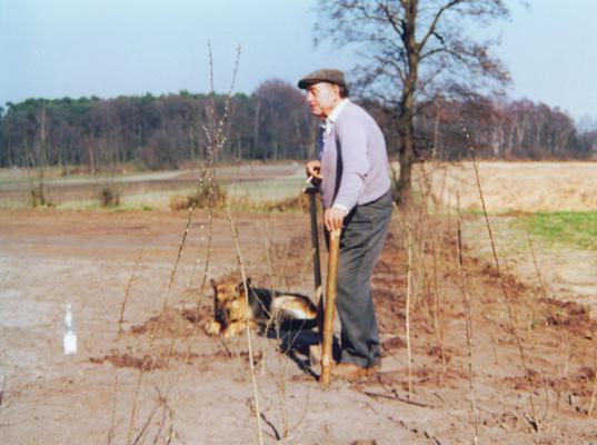 Opa Heinz alias Heinz Rolfs beim Pflanzen der Wallhecke